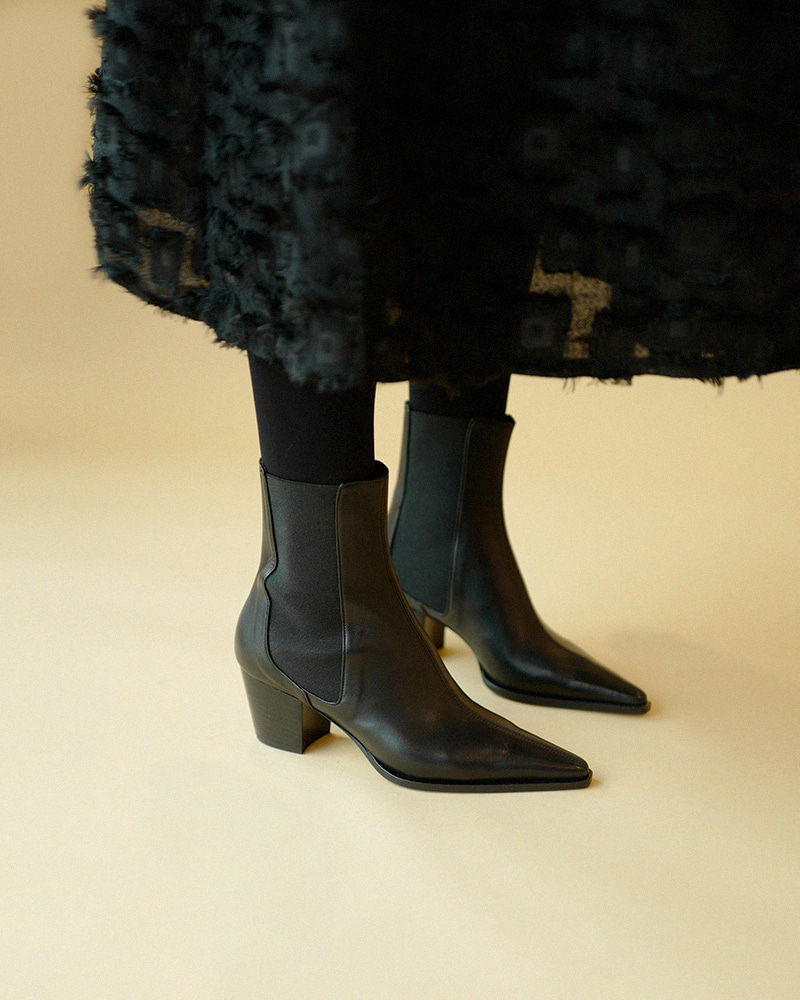 Montante Chelsea Boots in Black